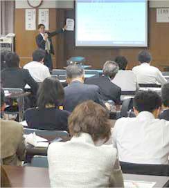 弁護士会で講話する代表