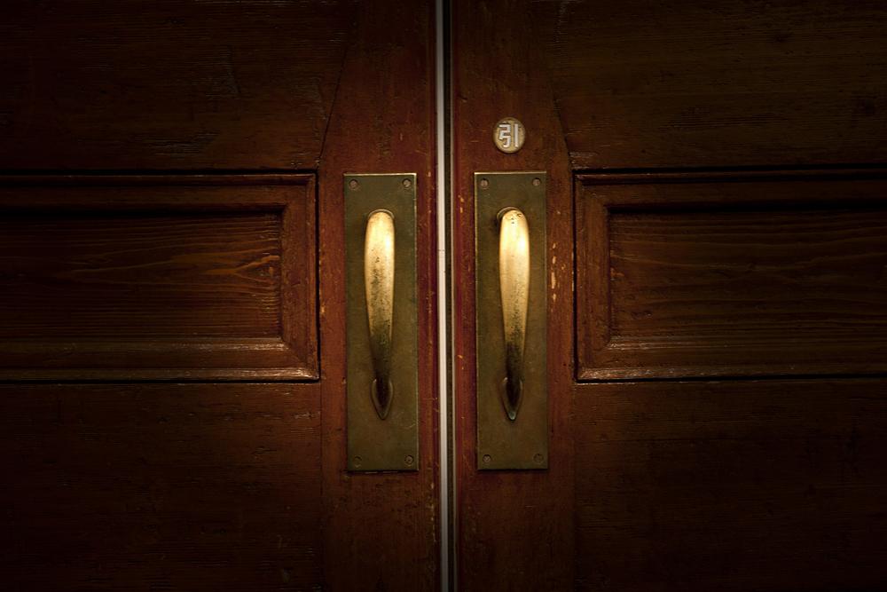 社長の前に立つ、トラブル対応の扉